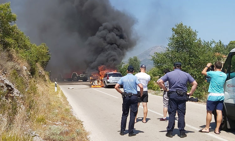 burning car konavle
