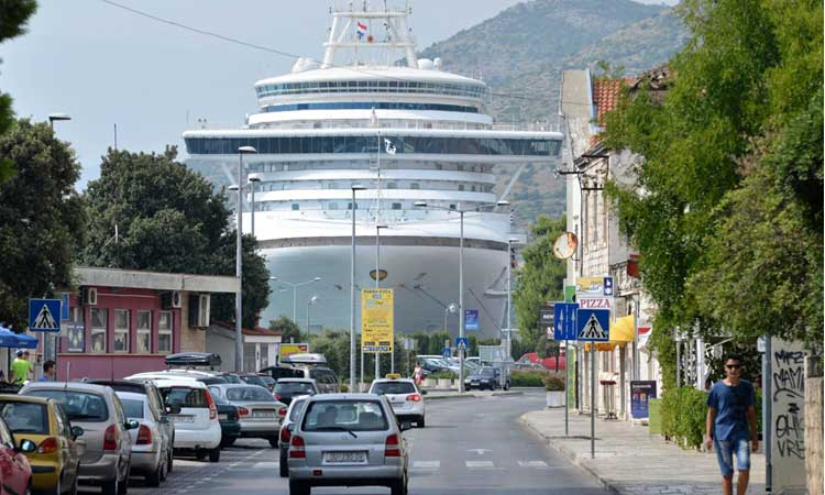 cruise ship in dubrovnik croatia