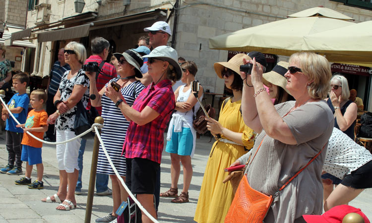 taking photos of dubrovnik with smart phones 2018