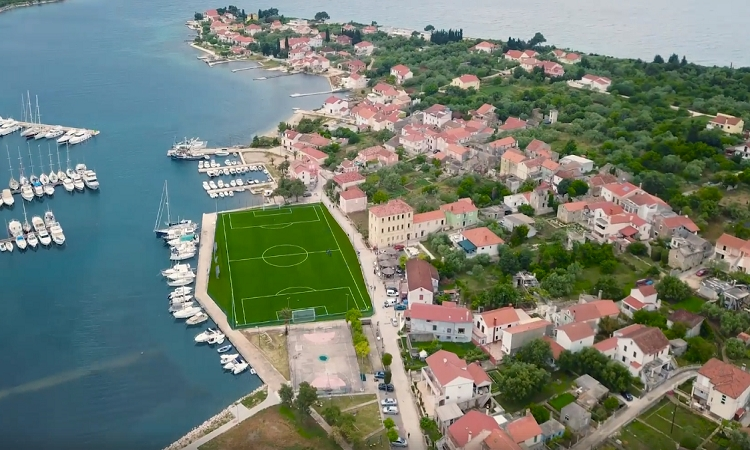 VIDEO – Is this one of the most beautiful football pitches in the world?