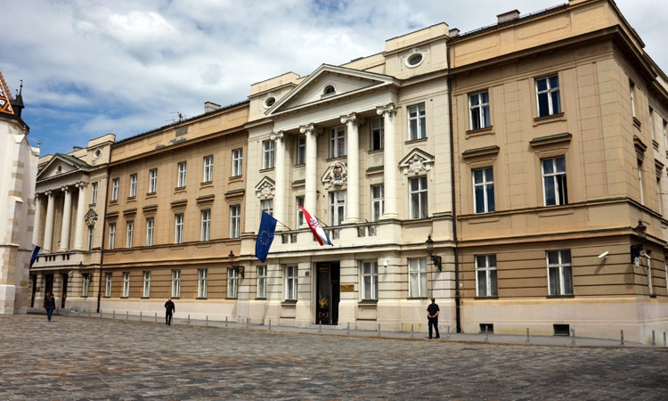 Journalist throws bucket of faeces at Croatian government building