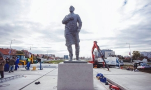 Frano Tuđman statue comes under attack again – this time eggs eat the bronze