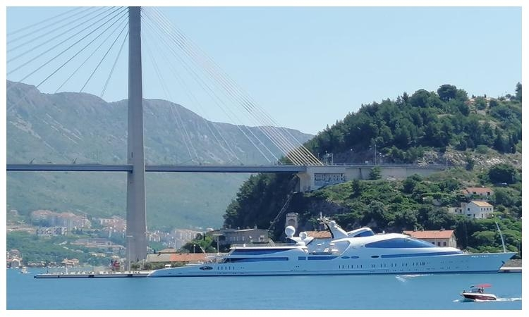 YAS – One of the largest superyachts drops anchor in Dubrovnik