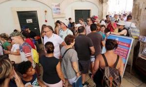 Cruise ship passengers block Dubrovnik harbour