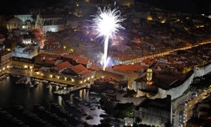 VIDEO – Dubrovnik New Year fireworks explode in the night sky