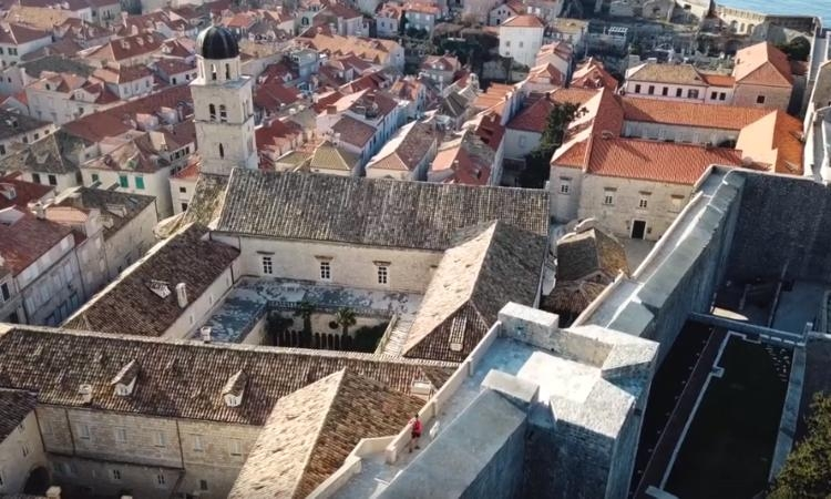 BREATHTAKING VIDEO – Running around the Dubrovnik City Walls with the man's best friend