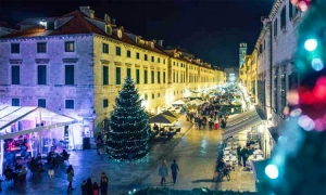 VIDEO - Dubrovnik gets in festive mood as Christmas trees decorate Old City