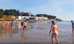 VIDEO - Beach football in Split as mild winter on Croatian coastline brings bright sunshine
