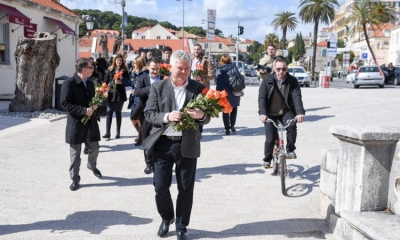 Mayor of Dubrovnik loaded down with flowers