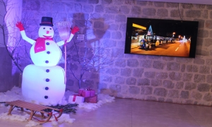 Photo gallery - Snowman Raguseo brings joy to children