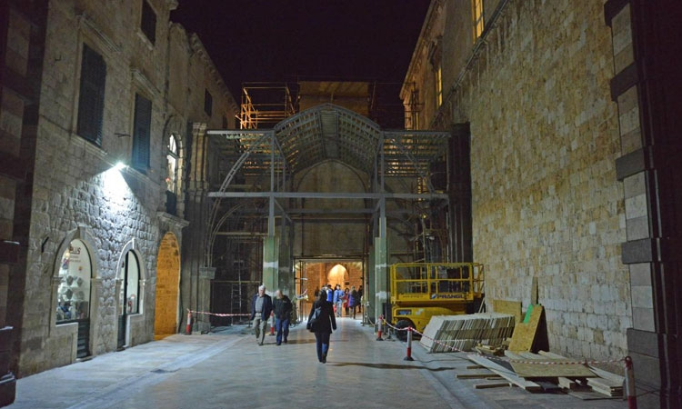 Night falls over Robin Hood in Dubrovnik