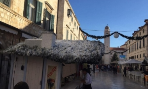 Photo/Video – Snow covers festive stands in Dubrovnik