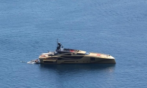 Amazing golden yacht spotted near Dubrovnik
