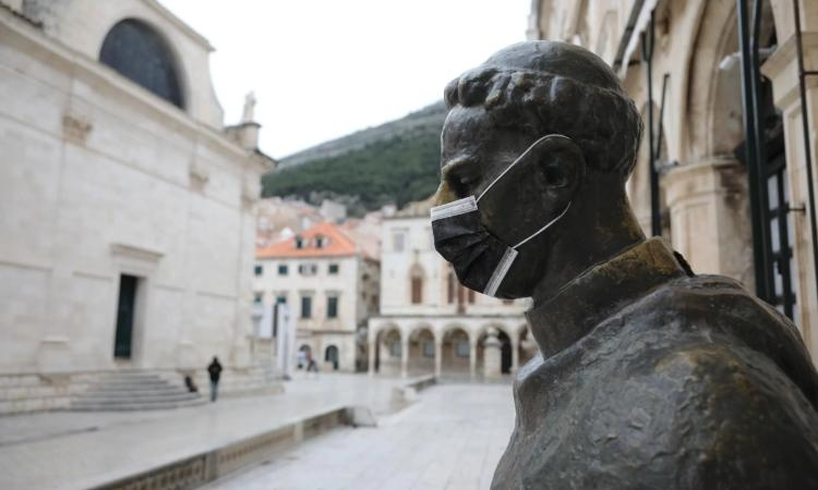 PHOTO - Even Marin Drzic's statue in Dubrovnik wears a protective mask: learn something about him!