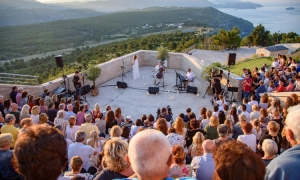 Ana Rucner welcomes in first summer sunrise