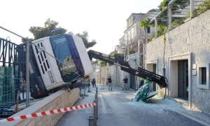 Crane falls over in front of Hotel Excelsior
