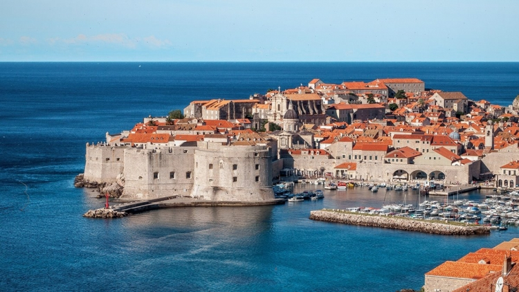 A great number of American tourists wants to visit King's Landing