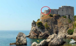 Tourists risk 80 metres high plummet for perfect view