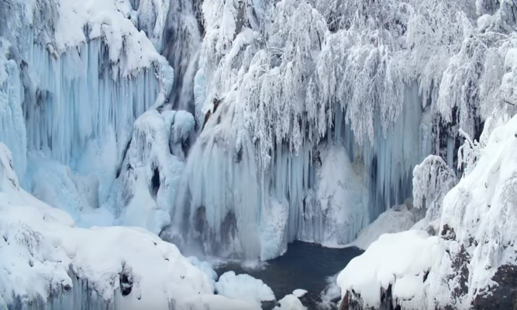 VIDEO – Enchanting winter wonderland at frozen Plitvice Lakes