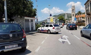 Dubrovnik taxi blocks road with poor parking