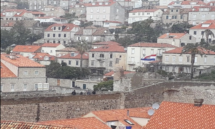 PHOTO – Snow can't stop the walk on the Dubrovnik City Walls