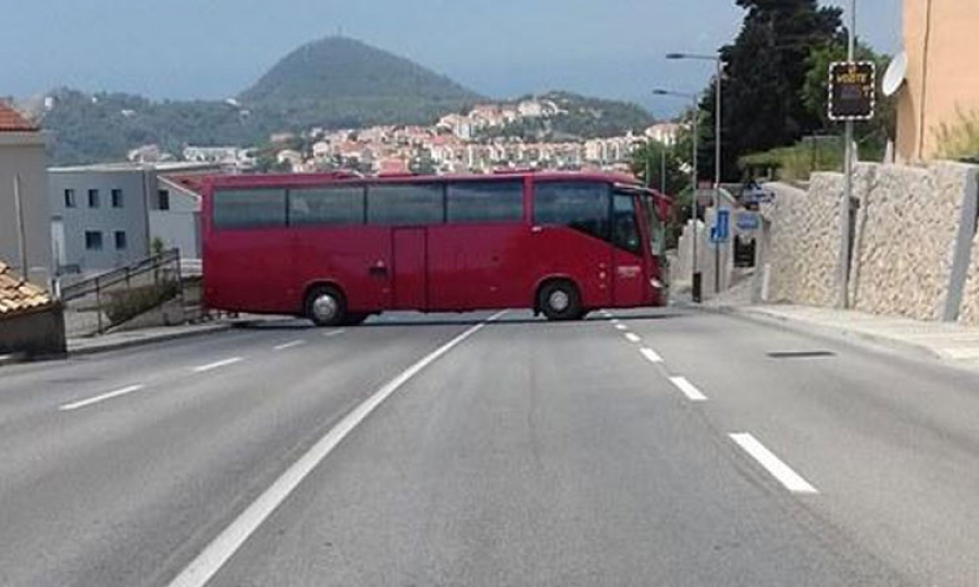 Polish driver blocks main road with idiotic U-turn - The Dubrovnik Times