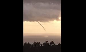 VIDEO – Huge waterspout skims over Adriatic near Dubrovnik