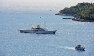 FAMOUS YACHT – Christina O docks in front of Lokrum